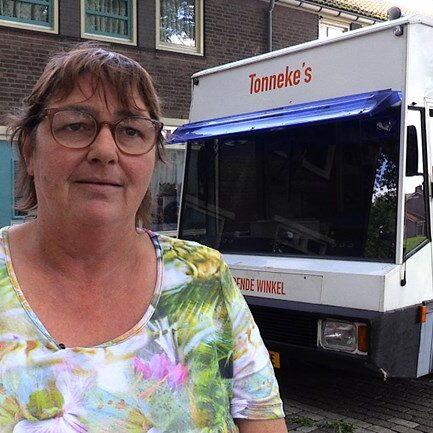 Tonny-Steenis-ofte-wel-Tonneke-is-in-Tilburg-een-begrip-met-haar-rijdende-winkel-1